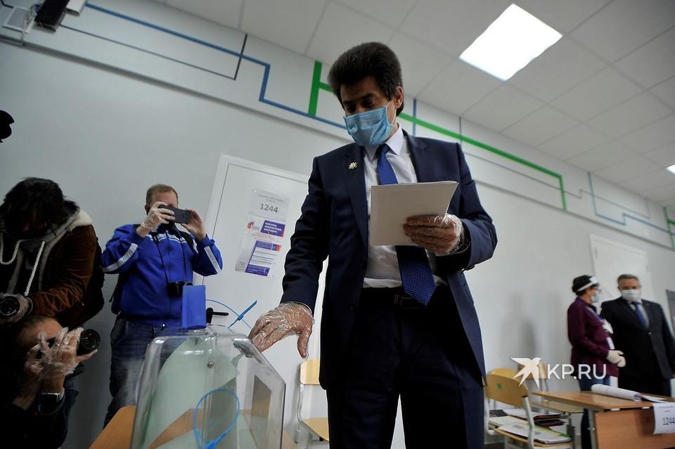 Глава Екатеринбурга Александр Высокинский проголосовал в школе рядом со своим домом.