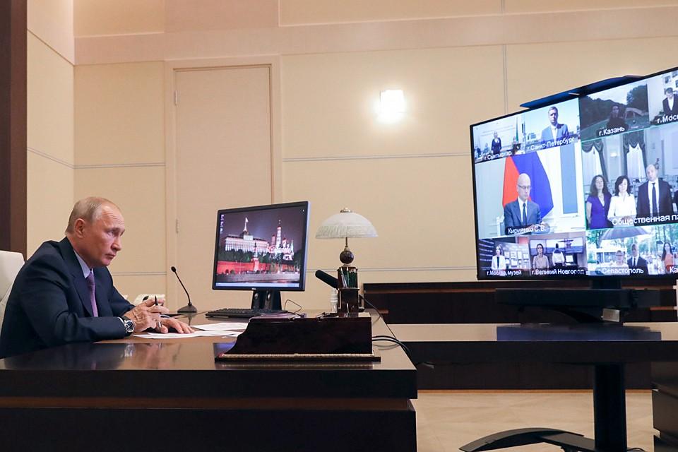 Владимир Путин поблагодарил участников Палаты предыдущего состава за активное обсуждение поправок в Конституцию. Фото: Михаил Климентьев/ТАСС