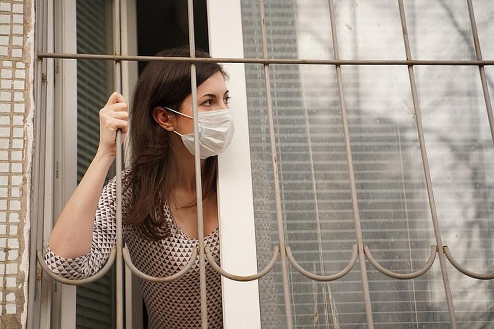 Носить маски и перчатки в общественных местах по-прежнему необходимо.