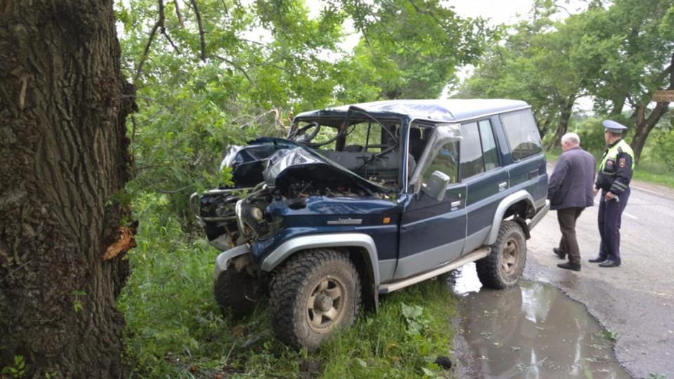 Toyota Land Cruiser Prado после столкновения на дороге врезался в дерево. Фото: пресс-служба ОМВД России по городу Уссурийску
