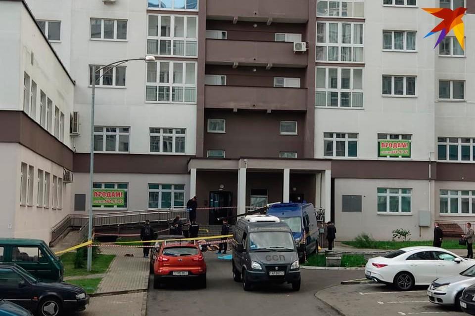 Трагедия произошла в Минске, на улице Грибоедова. Сейчас идет следствие.