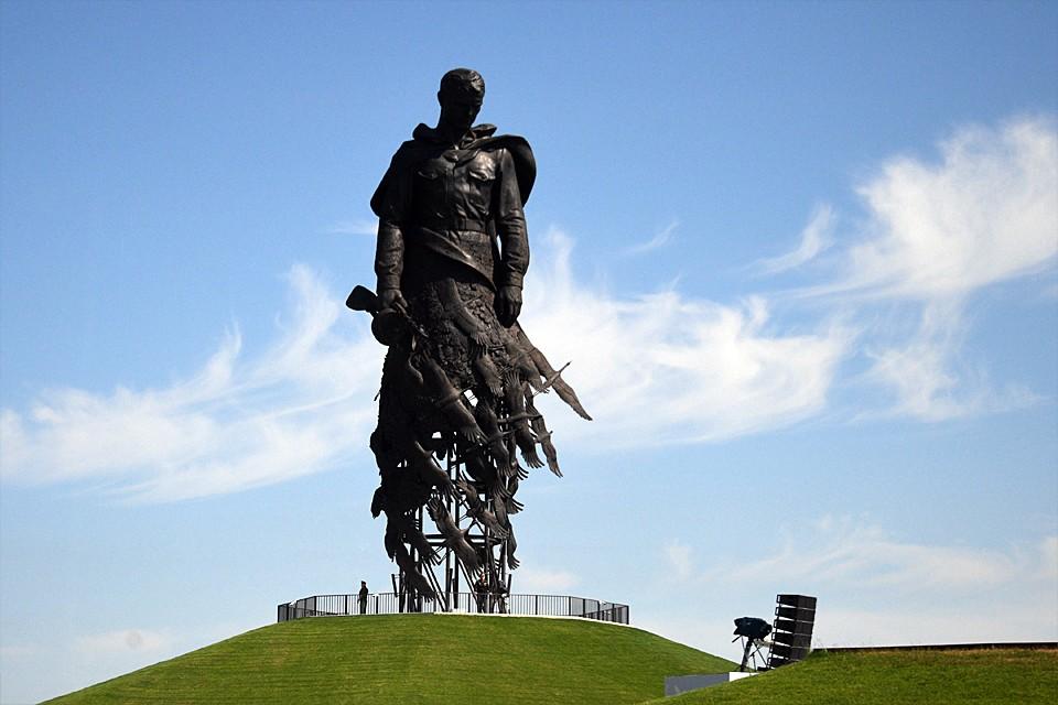 Жертва советского народа в длившейся несколько лет битве была настолько велика, что только на небольшом поле - километр на километр, где поставлен памятник, погибло более 60 тысяч бойцов