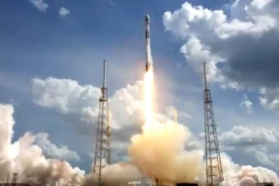 Ракета Falcon 9 стартовала на орбиту с третьим спутником GPS III. Фото: скрин видео