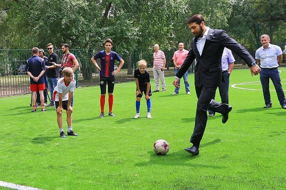 В Барнауле прошла первая тренировка на новом поле для мини-футбола.