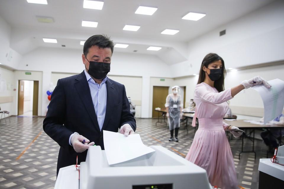 Губернатор напомнил, что желающие также могли проголосовать электронным способом. Фото: Константин СЕМЕНЕЦ