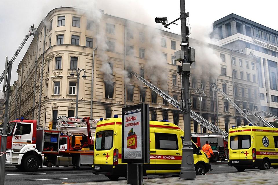 Пожарные расчеты на месте тушения огня на Тверской улице.