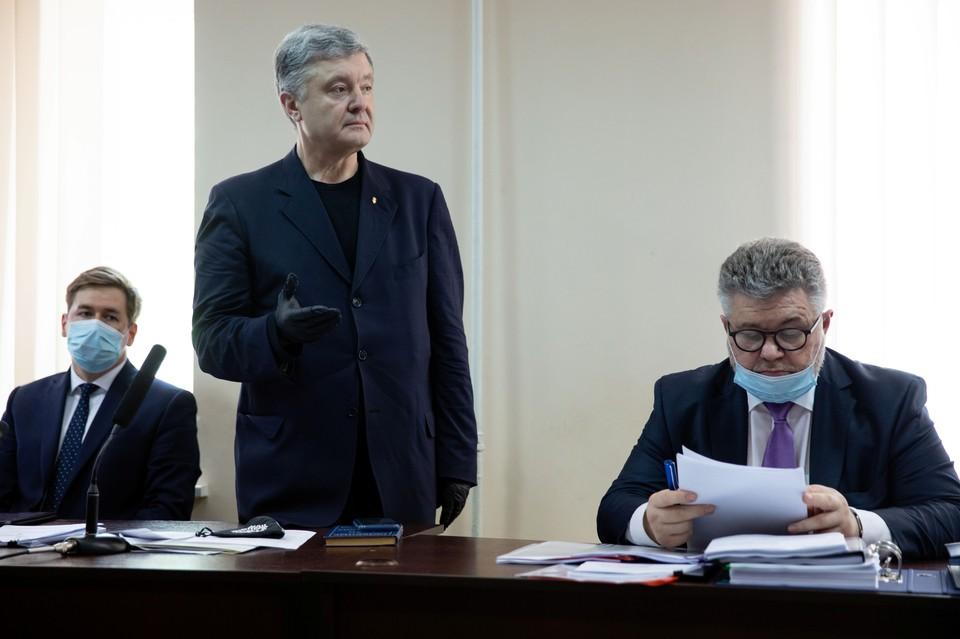 Бывший президент Украины Петр Порошенко, обвиненный в злоупотреблении полномочиями, выступает в суде в Киеве.