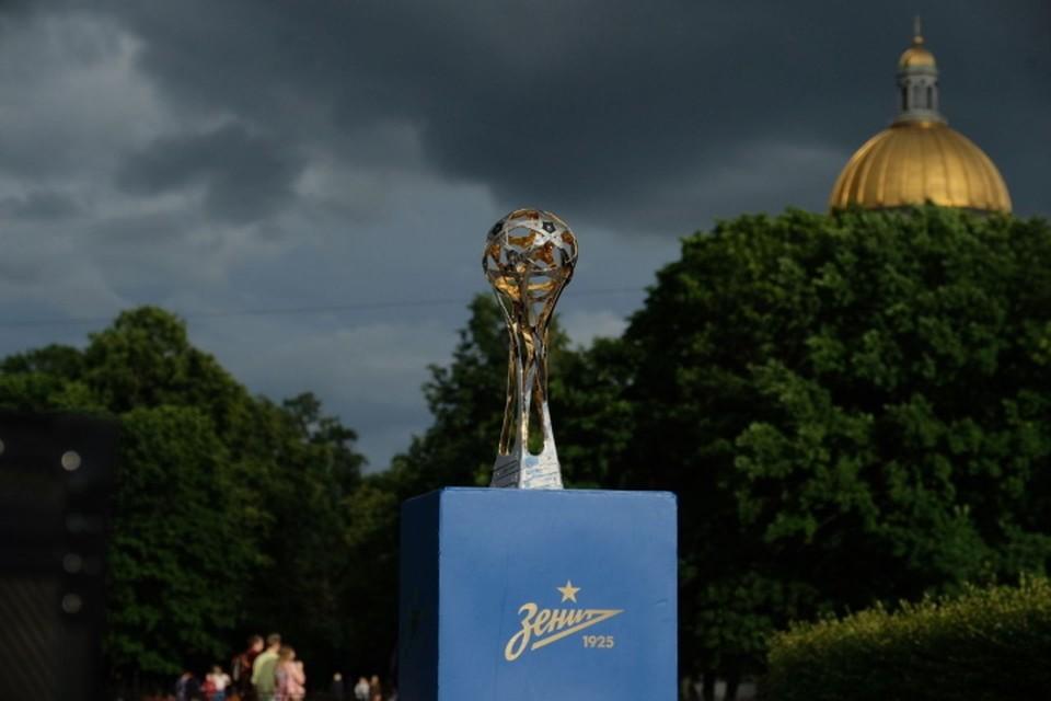 «Зенит» представил петербуржцам новый кубок за победу в чемпионате России.