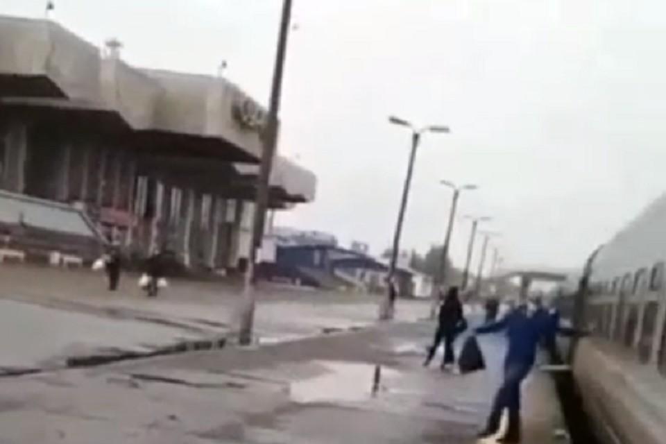 Несчастного вытаскивали из-под локомотива полицейские, очевидцы и проводники. Скриншот видео