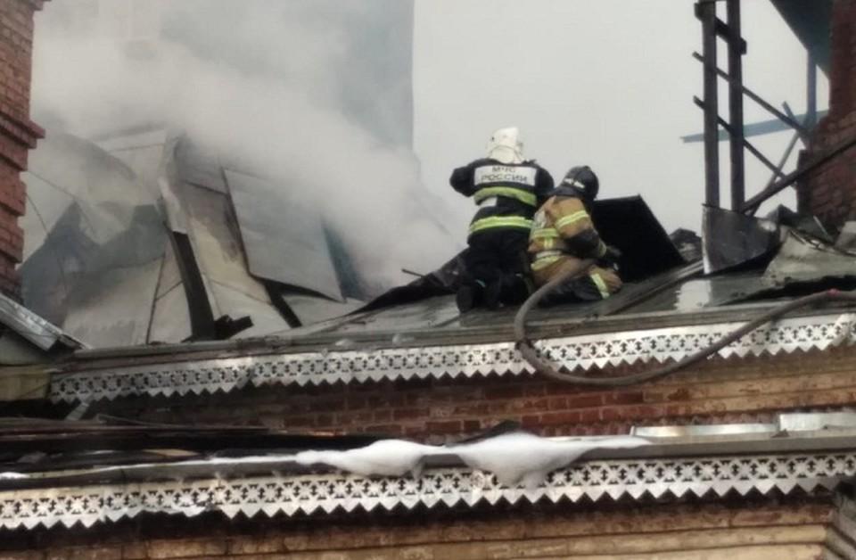На место выехали пожарные.