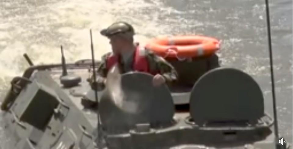 Рыба запрыгивала прямо в люк БТРа (Фото: скрин с видео).