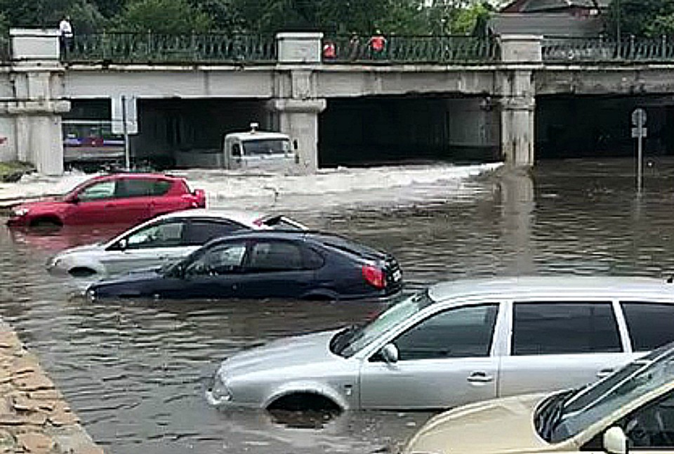 Автомобили утонули после ливня в Краснодаре