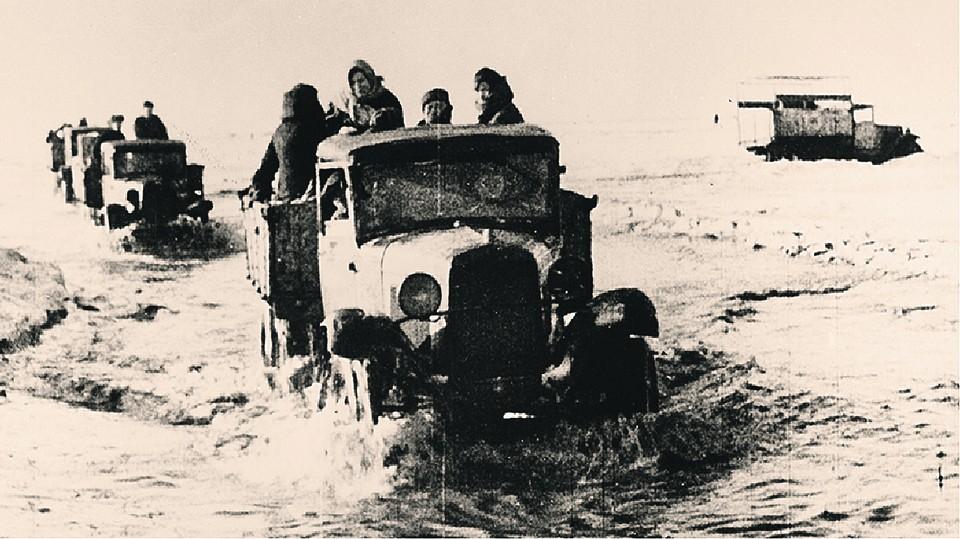 Так по тающему льду в блокадный Ленинград везли продовольствие. Mary Evans Picture Library/ALEXA/ТАСС