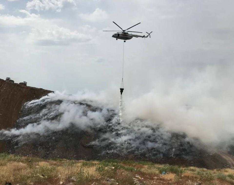 Пожар тушат и с земли, и с воздуха. Фото: пресс-служба МЧС по Ростовской области