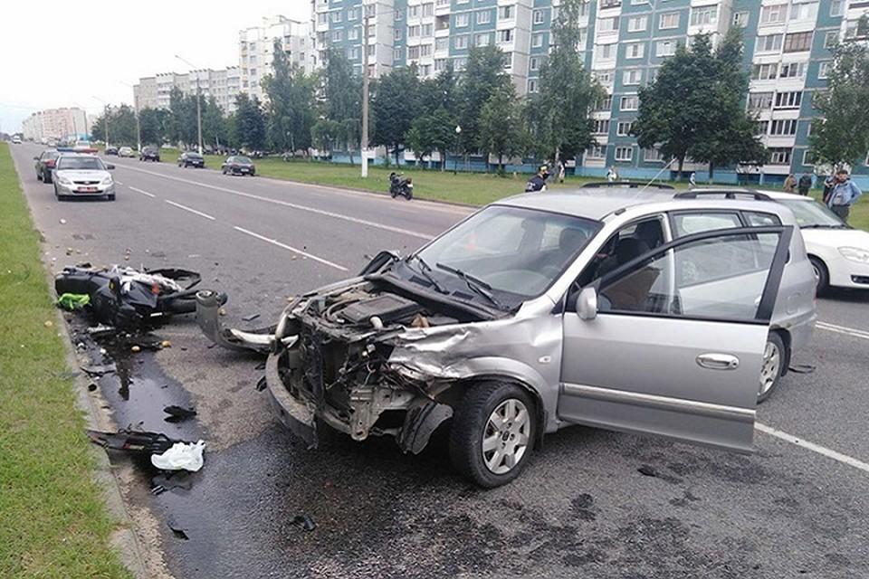 Выезжая со дворов, пожилой водитель не пропустил мотоцикл на главной дороге. Фото: slova.by.