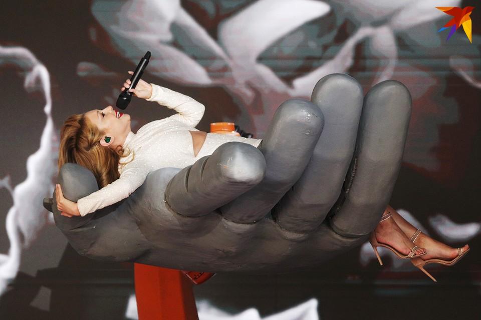 Тина Кароль на механической ладошке.