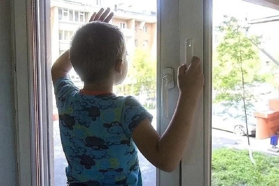 Это уже не первый случай, когда дети выпадают из окна.