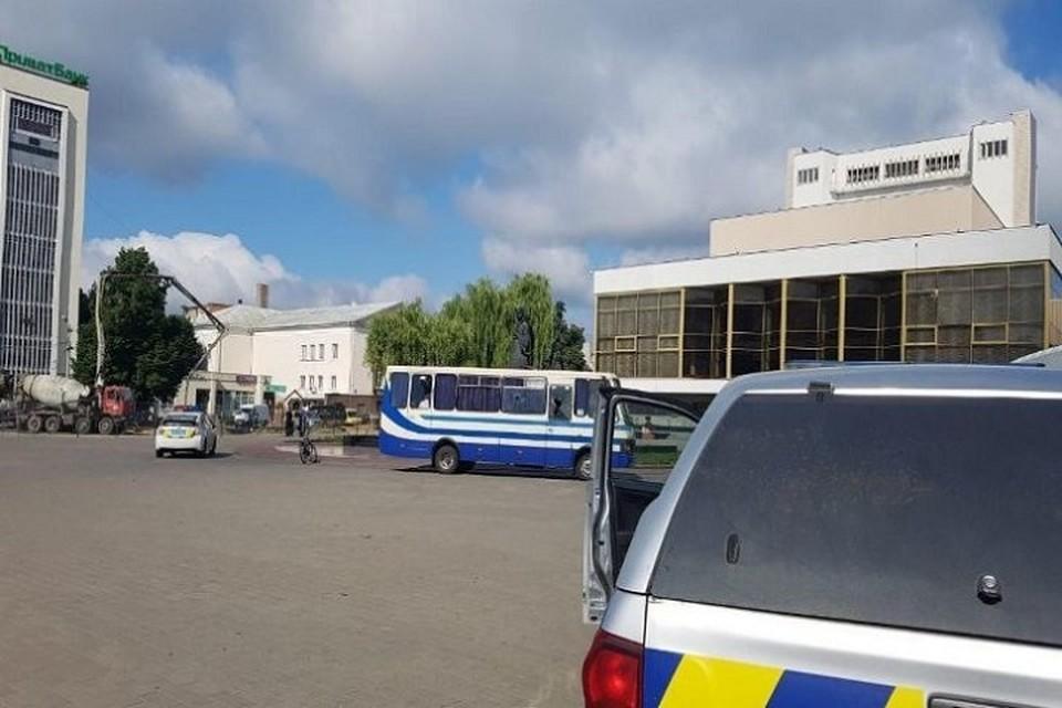 Неизвестный мужчина забаррикадировался в автобусе с заложниками. Фото: unn.com.