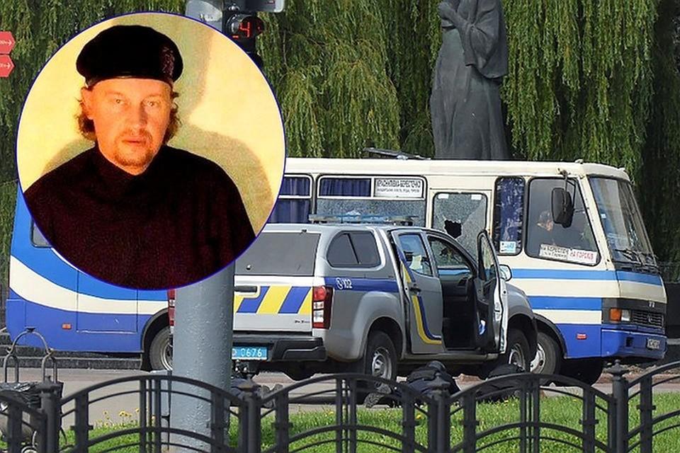 Преступник сам позвонил в полицию, представился Максимом Плохим и заявил, что собирается взорвать автобус