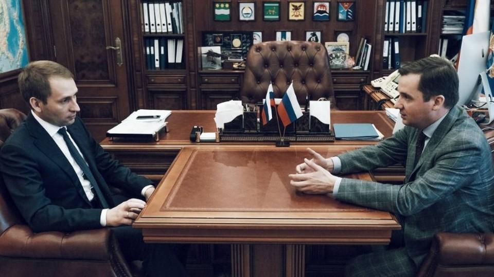 Глава Поморья Александр Цыбульский (справа) и руководитель Минвостокразвития РФ Александр Козлов (слева) встретились в Москве 23 июля. Фото предоставлено пресс-службой правительства Архангельской области.