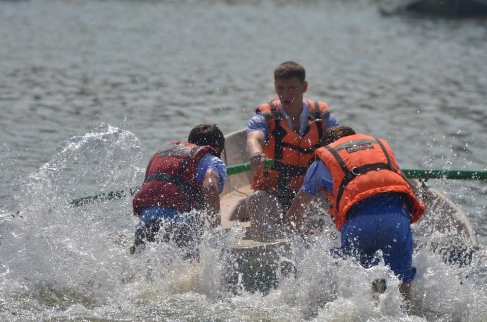 На Красноярском море 12-летняя девочка больше часа по горло в воде ждала спасателей. Фото: пресс-служба ГУ МЧС России по краю
