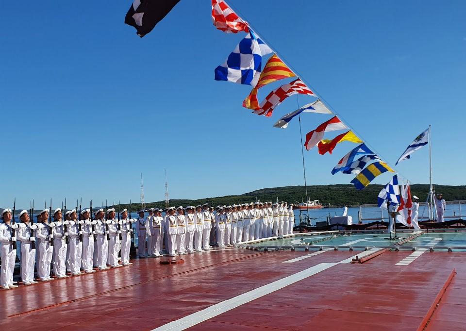 Торжественный подъем военно-морского флага, а также государственного флага и флагов расцвечивания состоялся на всех кораблях. Фото: пресс-служба Северного флота