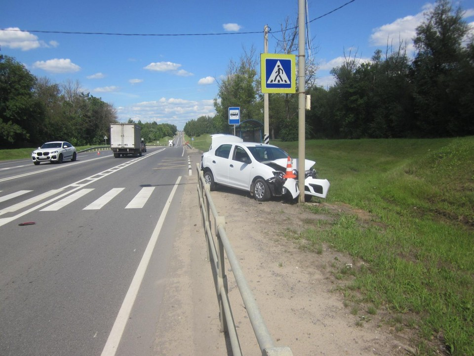 Под Орлом «Рено Логан» получил двойной удар в ДТП. Фото в Госавтоинспекции Орловской области.