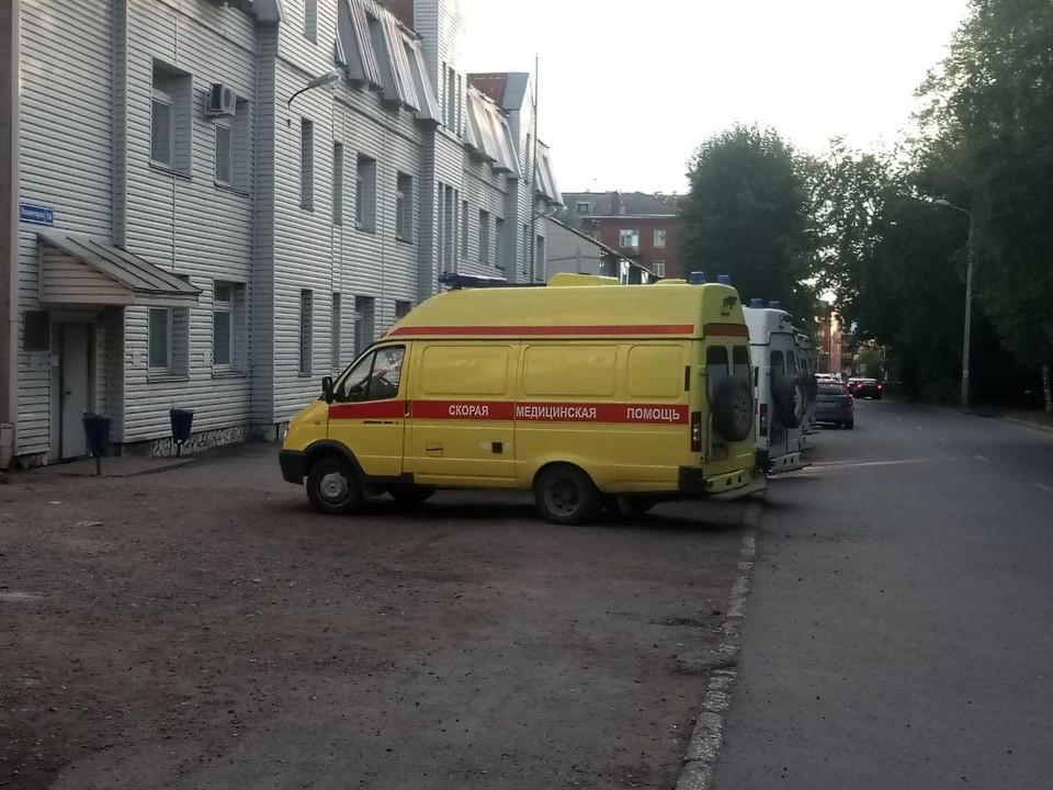 «Скорая» отвезла мужчину в больницу, он получил травмы.