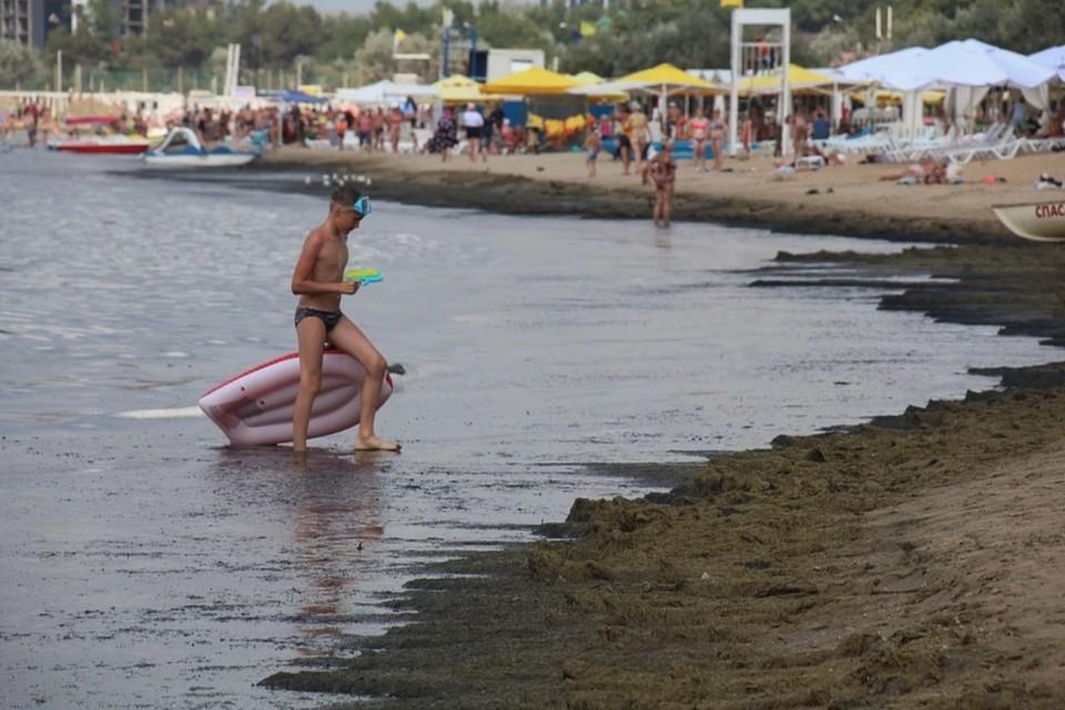 По словам туристов, вода оставляла грязные следы на песке. Фото: Михаил ПОПОВ