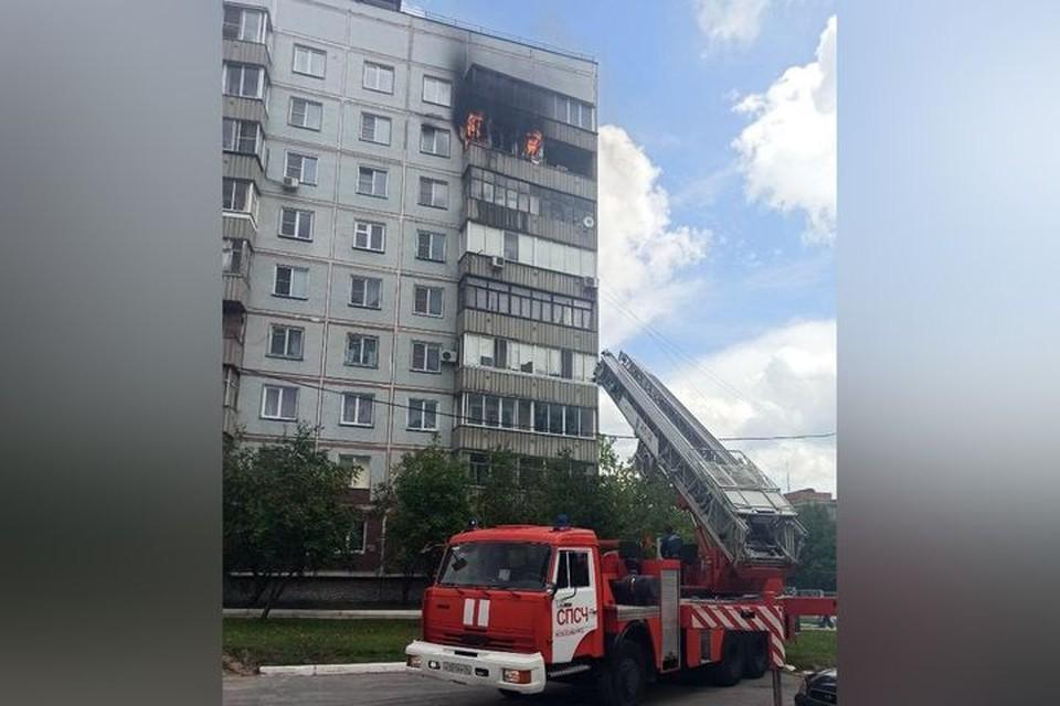 В Калининском районе в доме на 8 этаже загорелась квартира. Фото: «АСТ-54»