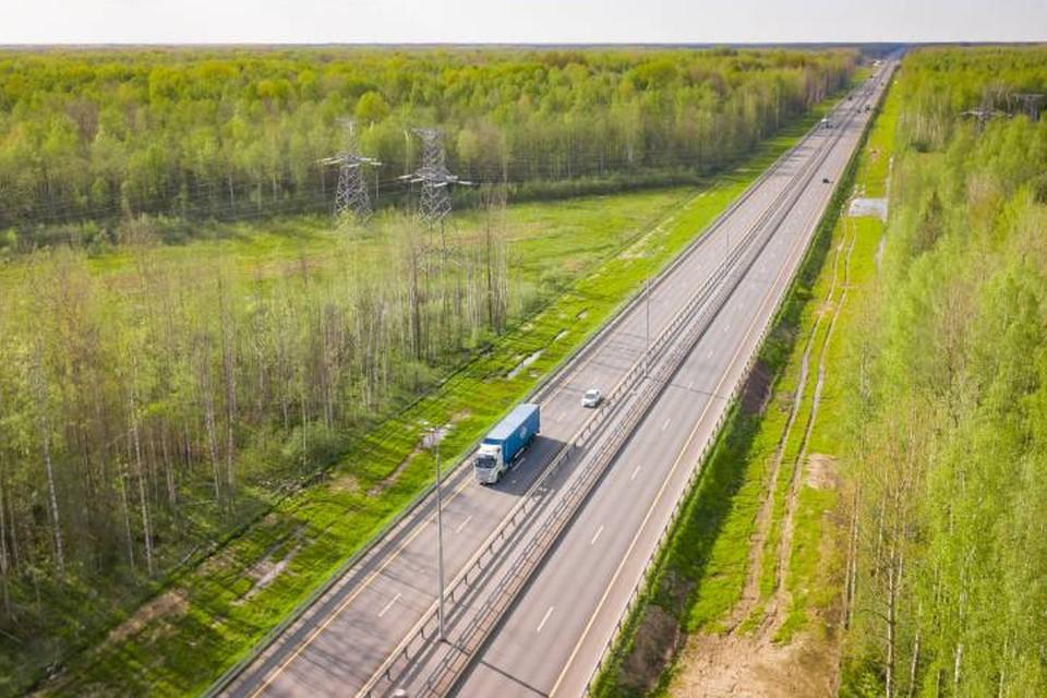 Вжух – и вы уже мчите по идеально ровной дороге, где местами можно легально разогнаться до 130 км/ч.