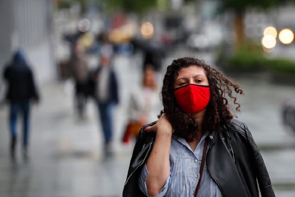 Средство индивидуальной защиты нужно носить обязательно во всех общественных местах, в том числе кафе, во время занятий спортом и так далее.