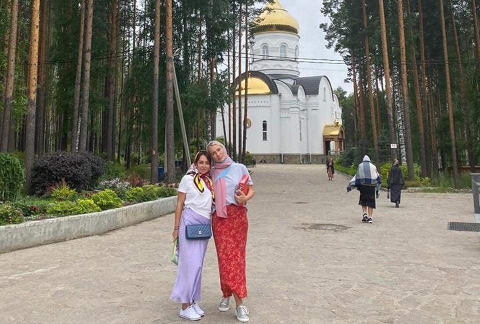 Екатерина Гордон (справа) в Среднеуральском женском монастыре. Фото: личная страница юриста в Facebook