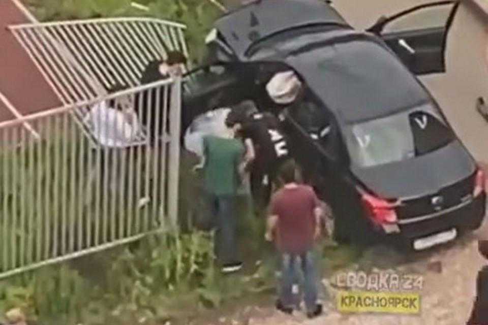 В Красноярске водитель потерял сознание за рулем и снес забор школы. Стоп-кадр видео
