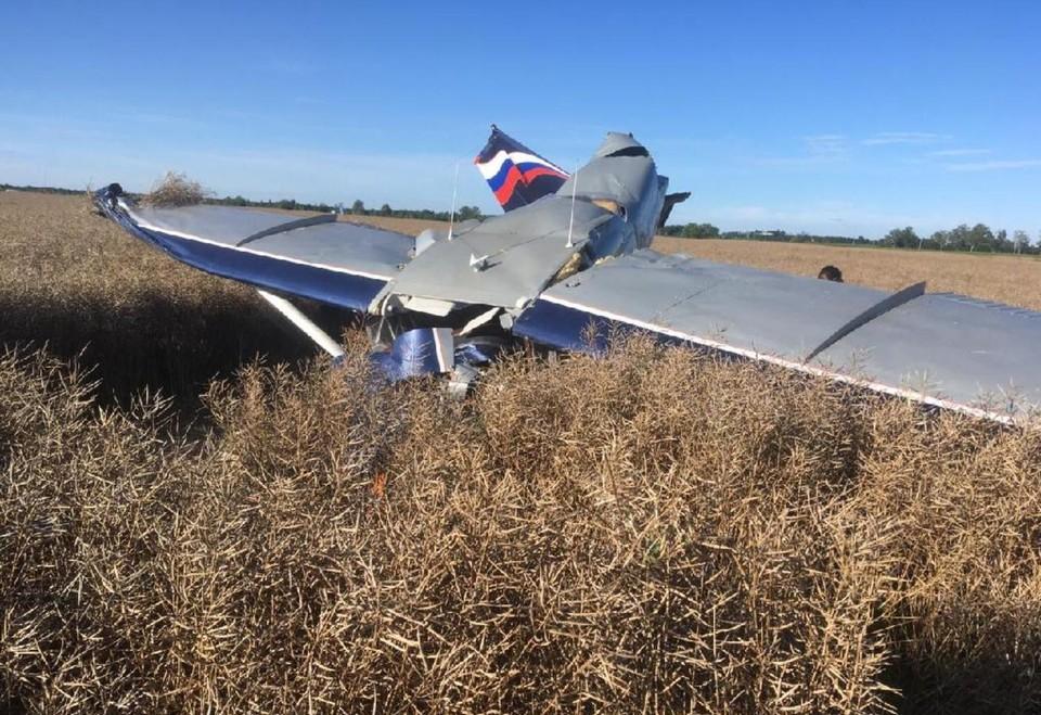 При крушении самолет воткнулся новом в землю.