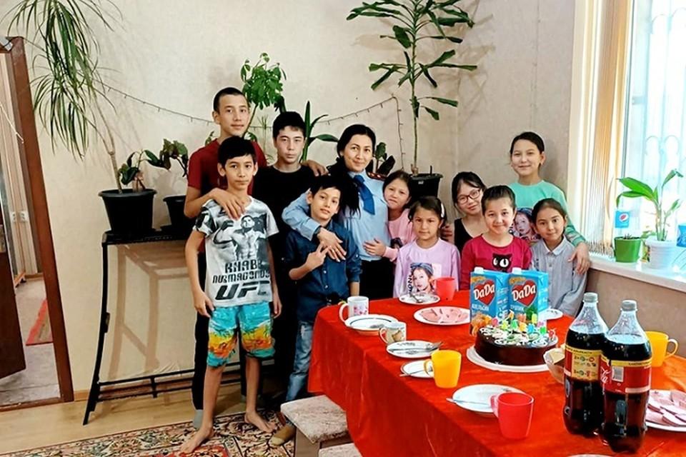 Поразительно, что, имея пятерых родных детей, молодая женщина недавно усыновила еще четверых ребят.
