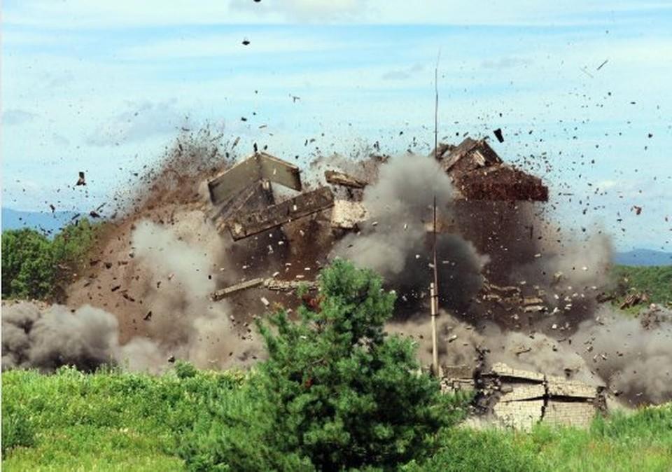 Часть обветшалых построек снесли с помощью подрыва. Фото: пресс-служба Восточного военного округа