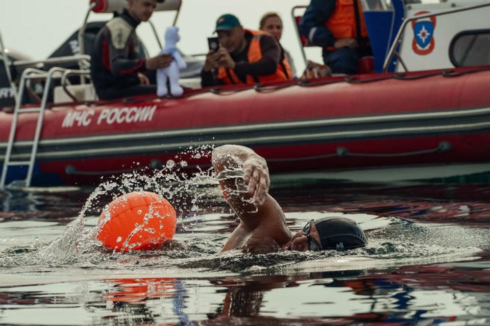 15 часов в ледяной воде: экстремалы переплыли ледяной Байкал и установили мировой рекорд. Фото: Илья КИСЕЛЕВ