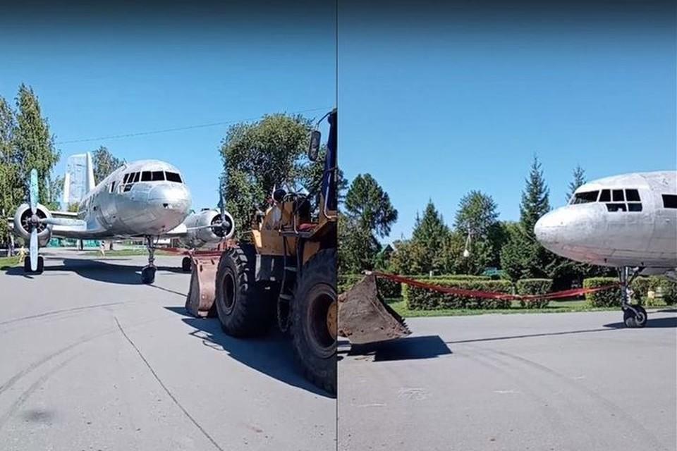 Самолет (у которого заранее сняли крылья) на прицепе вез по улицам трактор. Фото: Кадр из видео\https://vk.com/yznai_vse_nsk