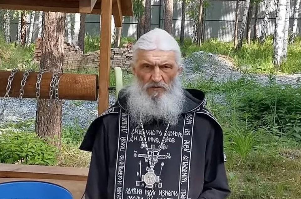 К схимонаху приезжают в монастырь люди из разных регионов России. Фото: скрин с видео