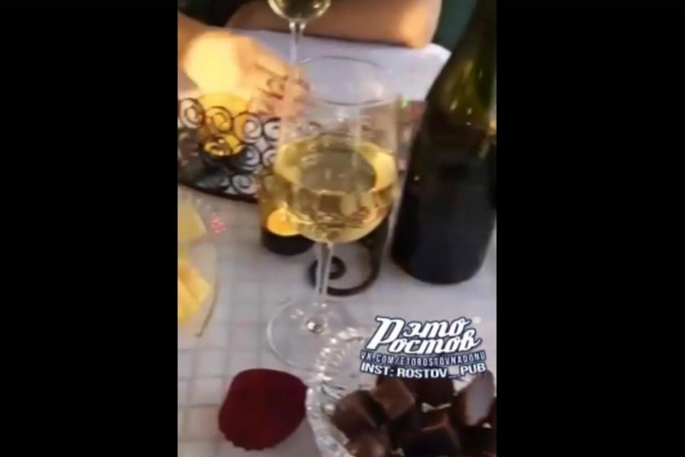 Романтический ужин устроил ростовчанин своей возлюбленной в салоне трамвая. Фото: соцсети