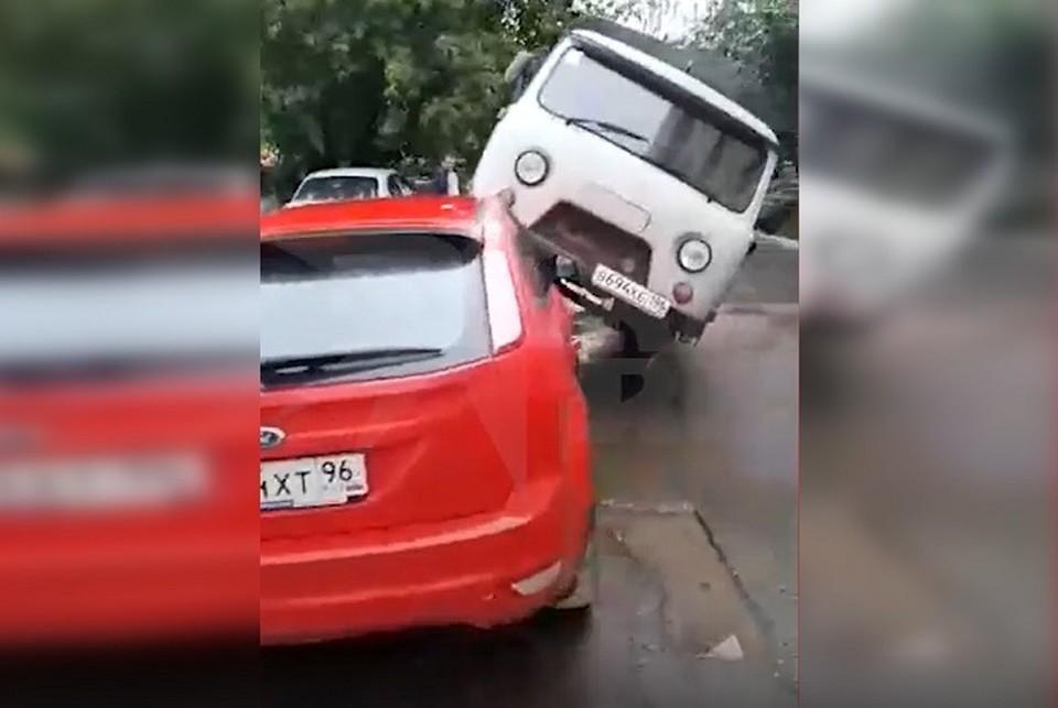 К несчастью для владельца Ford, водитель УАЗа оставил ключи в замке зажигания. Фото: скриншот видео