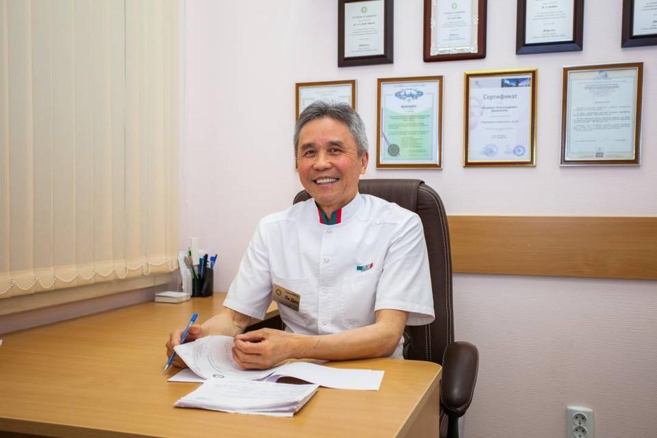 Главный врач клиники – доктор Ли Дин.