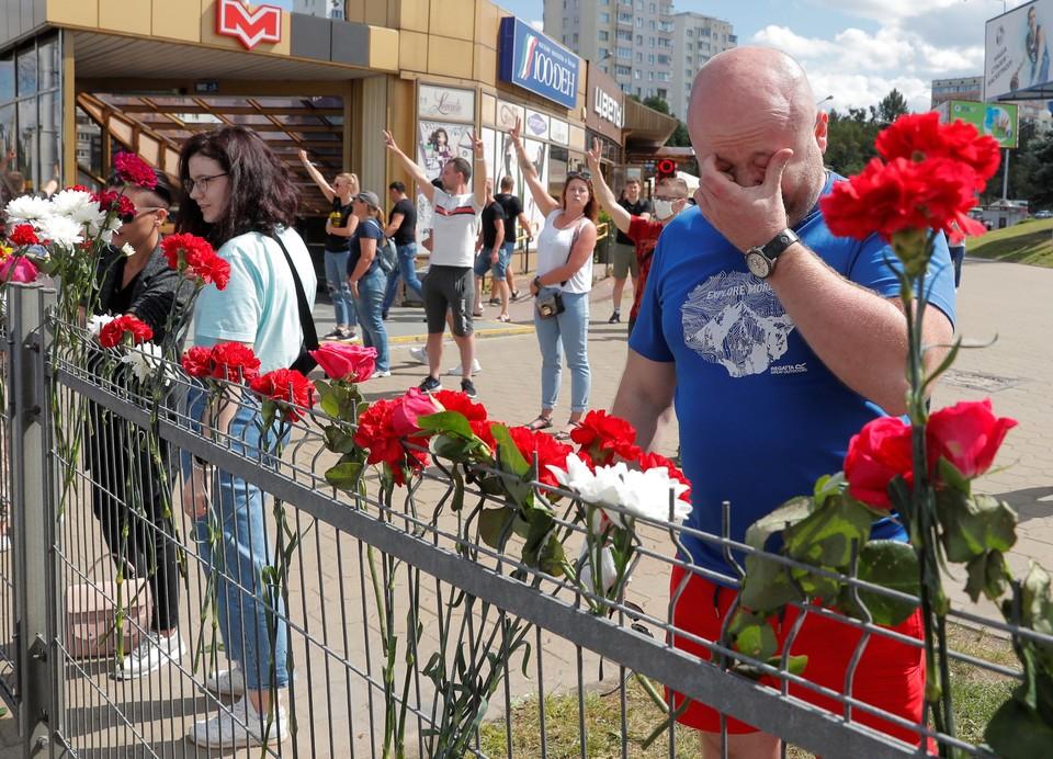 Люди оставляют цветы у места гибели мужчины
