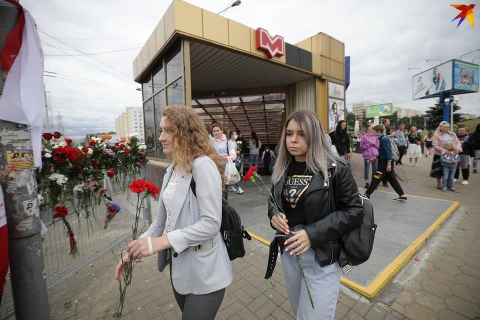 Днем 12 августа люди продолжают нести цветы к станции метро Пушкинская, где погиб протестующий 10 августа