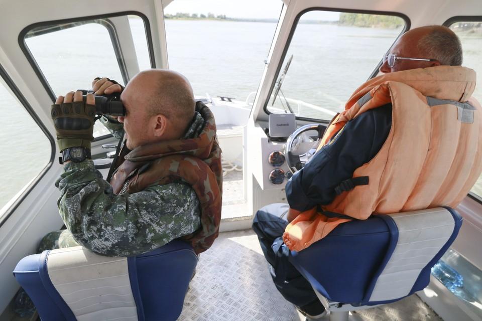 На борту катера два опытных государственных инспектора алтайского отдела ВТУ Росрыболовства – Алексей Чучубашев и Валентин Щеглов.