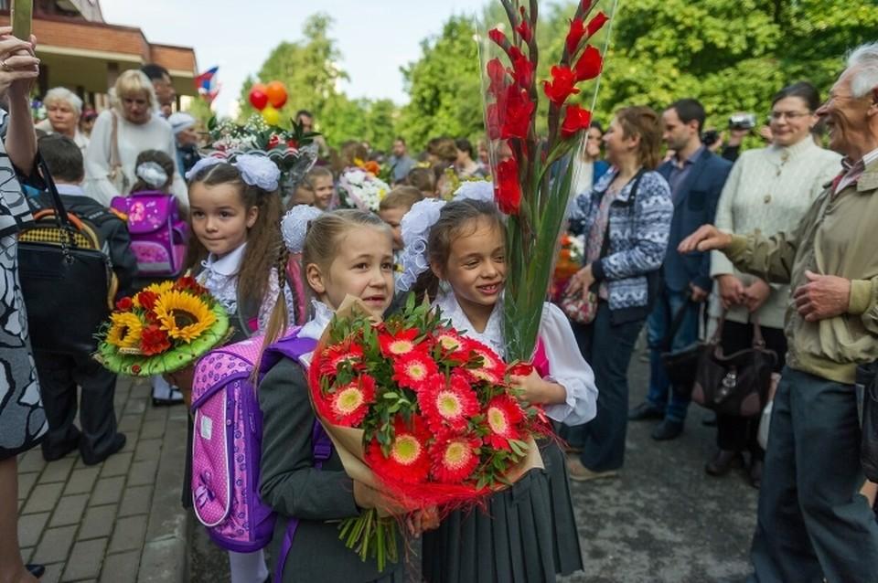 Школьные линейки в Ленобласти в День знаний пройдут с ограничениями по коронавирусу.