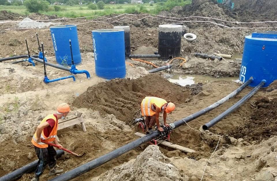 Сейчас строители монтируют трубопроводы, ведут земляные работы и устанавливают оборудование