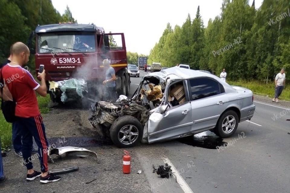 "Два человека погибли с ДТП с КамАЗом на кузбасской трассе. ФОТО: vk.com, ""Регион 42"""