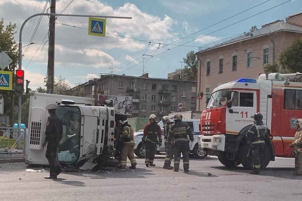 Водителя грузовика насмерть придавило кабиной. Фото: vk.com/spb_today